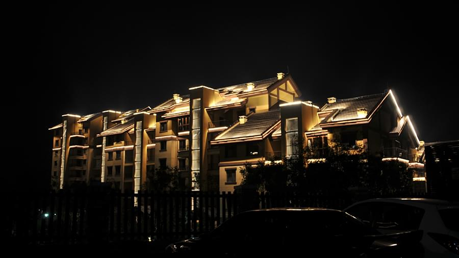 楼体亮化工程——灯光映得夜色暖 人生处处是原乡